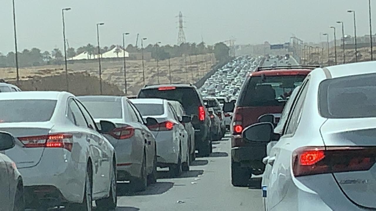توقف الحركة المرورية على الدائري الغربي في الاتجاهين - صحيفة صدى الالكترونية